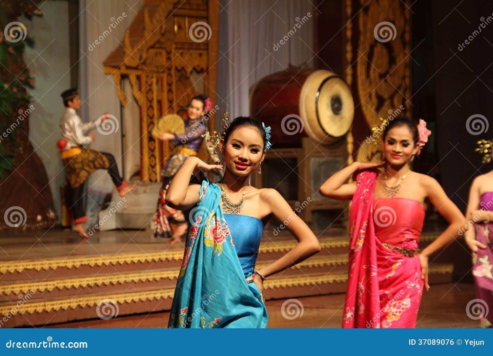 Download Tradycyjny Tajlandzki Przedstawienie W Nongnooch Ogródzie W Pattaya, Tajlandia Zdjęcie Editorial - Obraz złożonej z klejnoty, kostium: 37089076