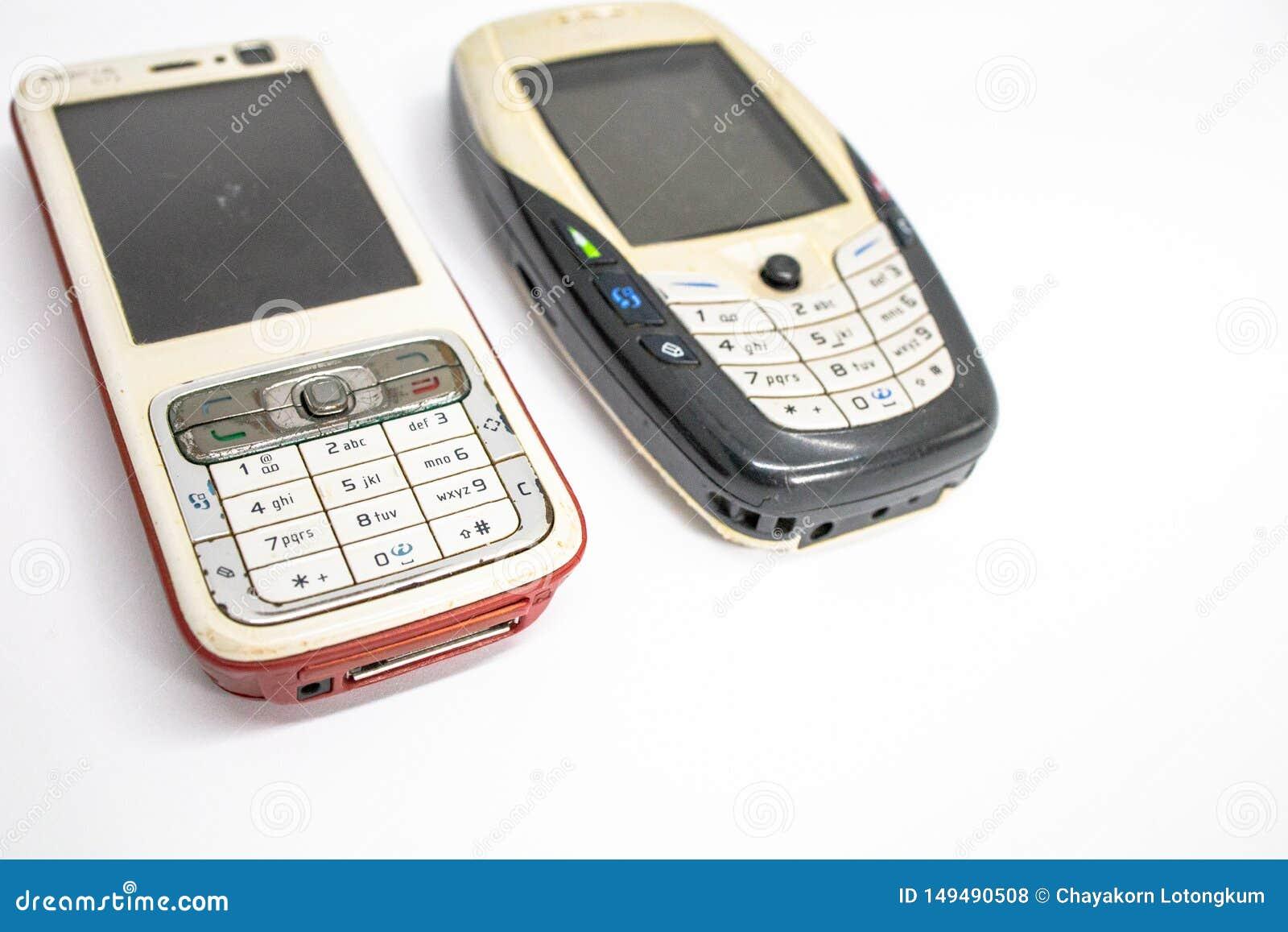 Tradycyjny telefon kom?rkowy w drugim pokoleniu z klawiaturowym guzikiem i mini czarny i bia?y monitor bielem odizolowywamy kostk