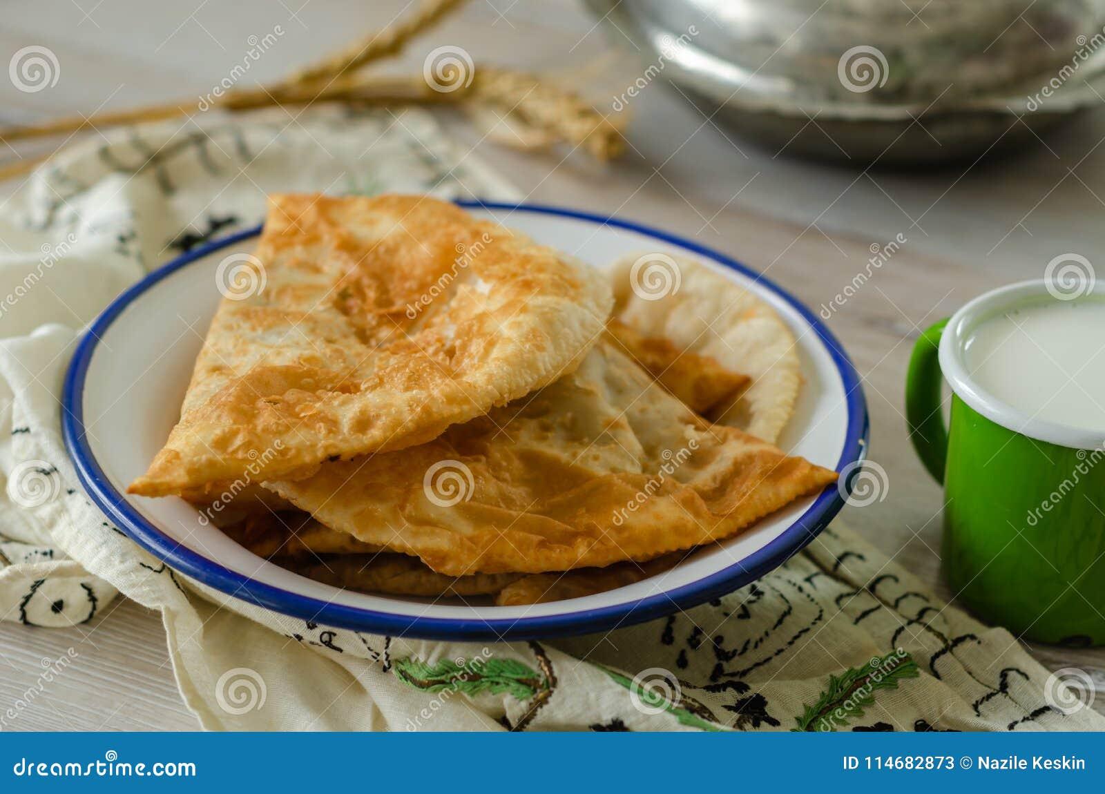 Tradycyjny turecki borek, ciborek na drewnianym stole,