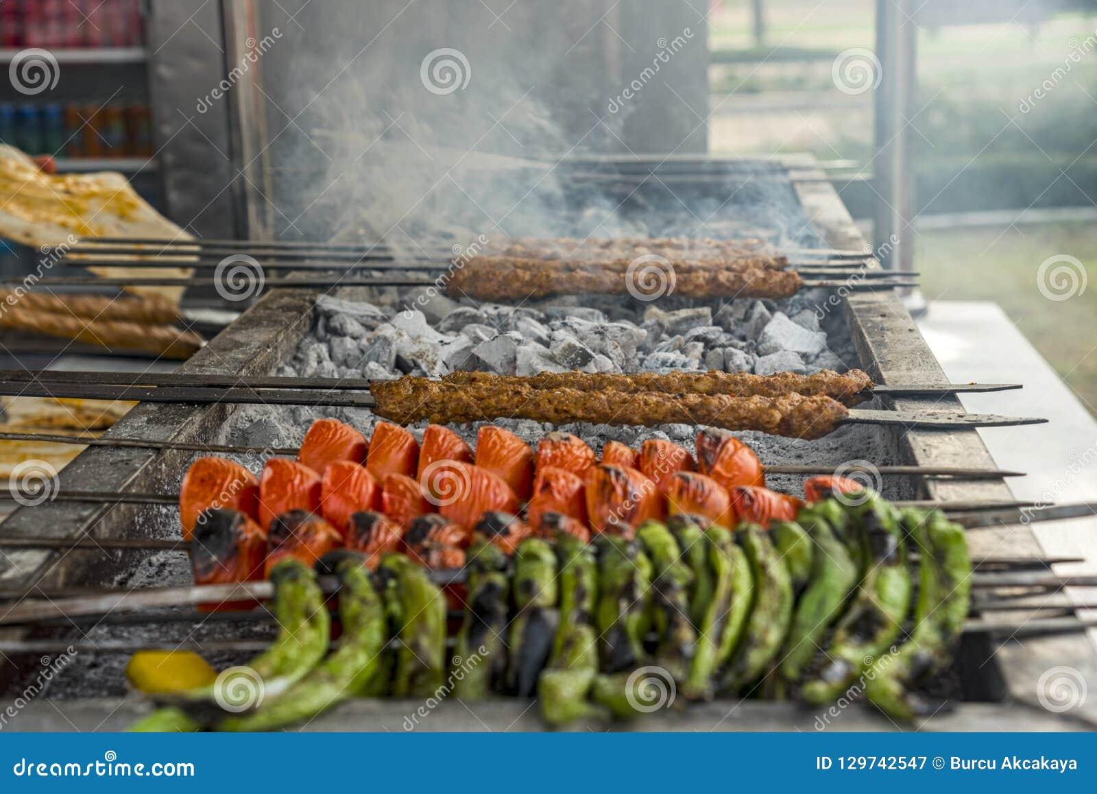 Tradycyjny Turecki kebab z pomidorami i zielonymi pieprzami na bbq, plenerowym