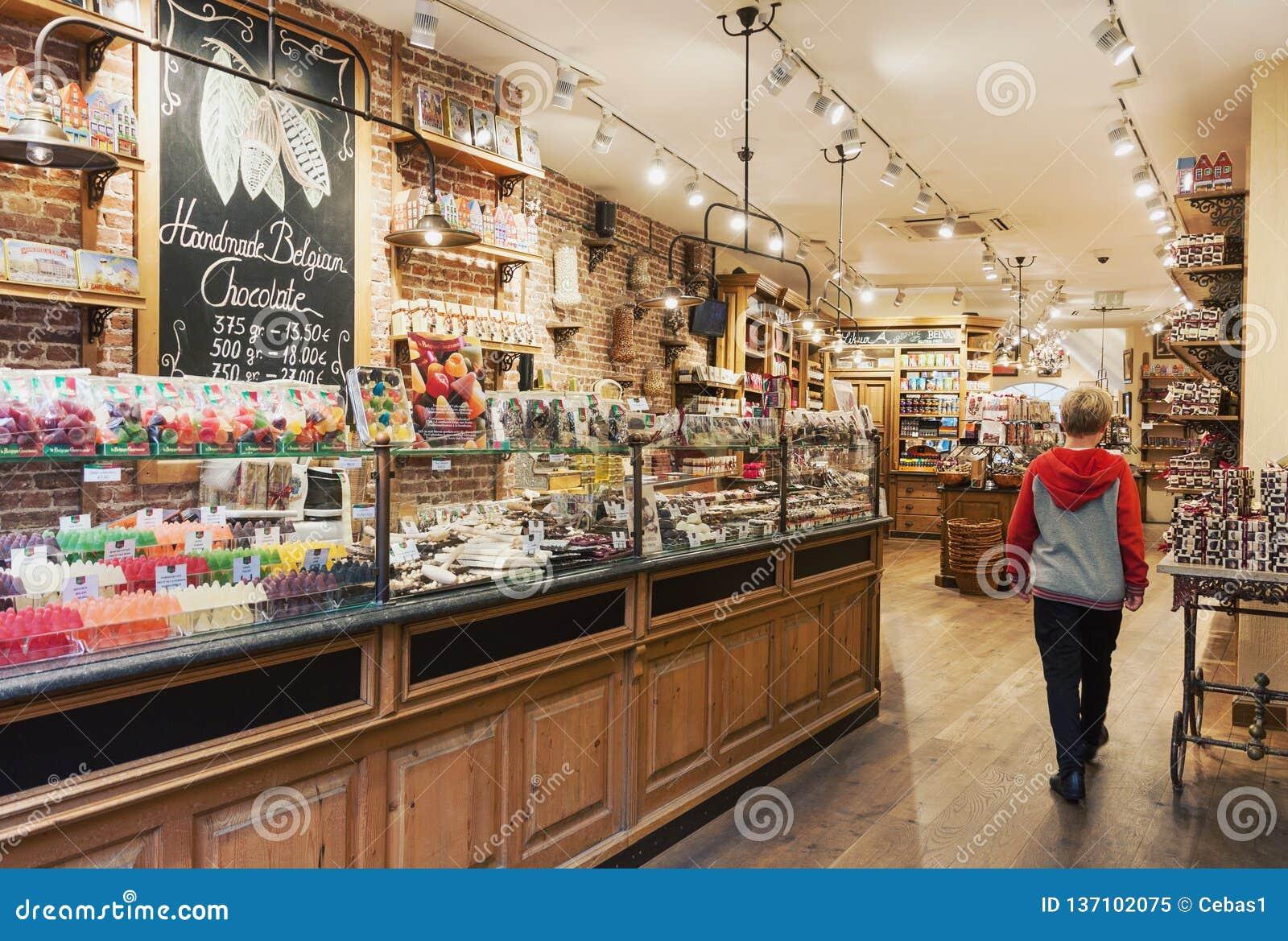 Tradycyjny wygodny Belgijski czekoladowy sklepu wnętrze z variey cukierki i cukierki
