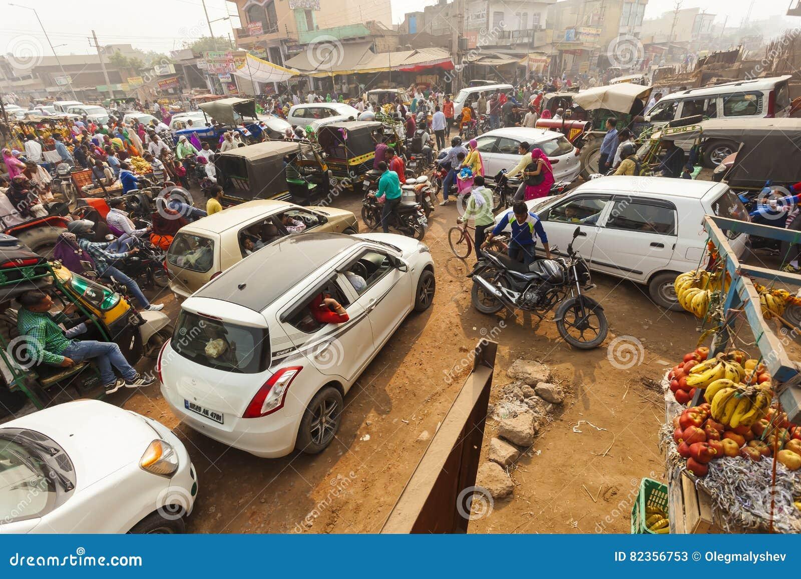 Traffichi sulle vie di grande disordine I tassì, i ciclomotori ed i pedoni attraversano senza alcun ordine
