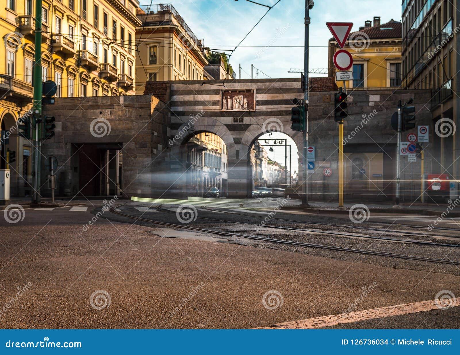 Traffico del cavour della piazza di Milano