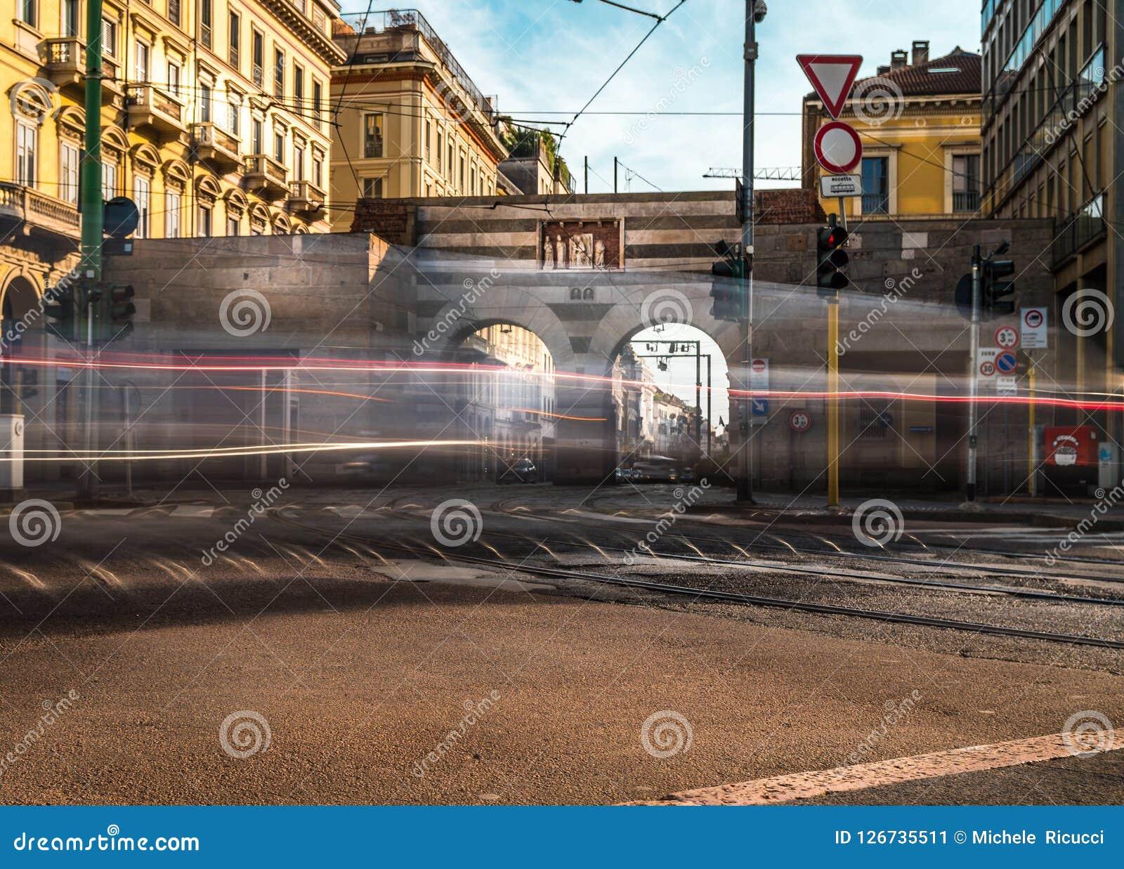 Traffico del cavour della piazza di Milano durante il giorno lavorativo