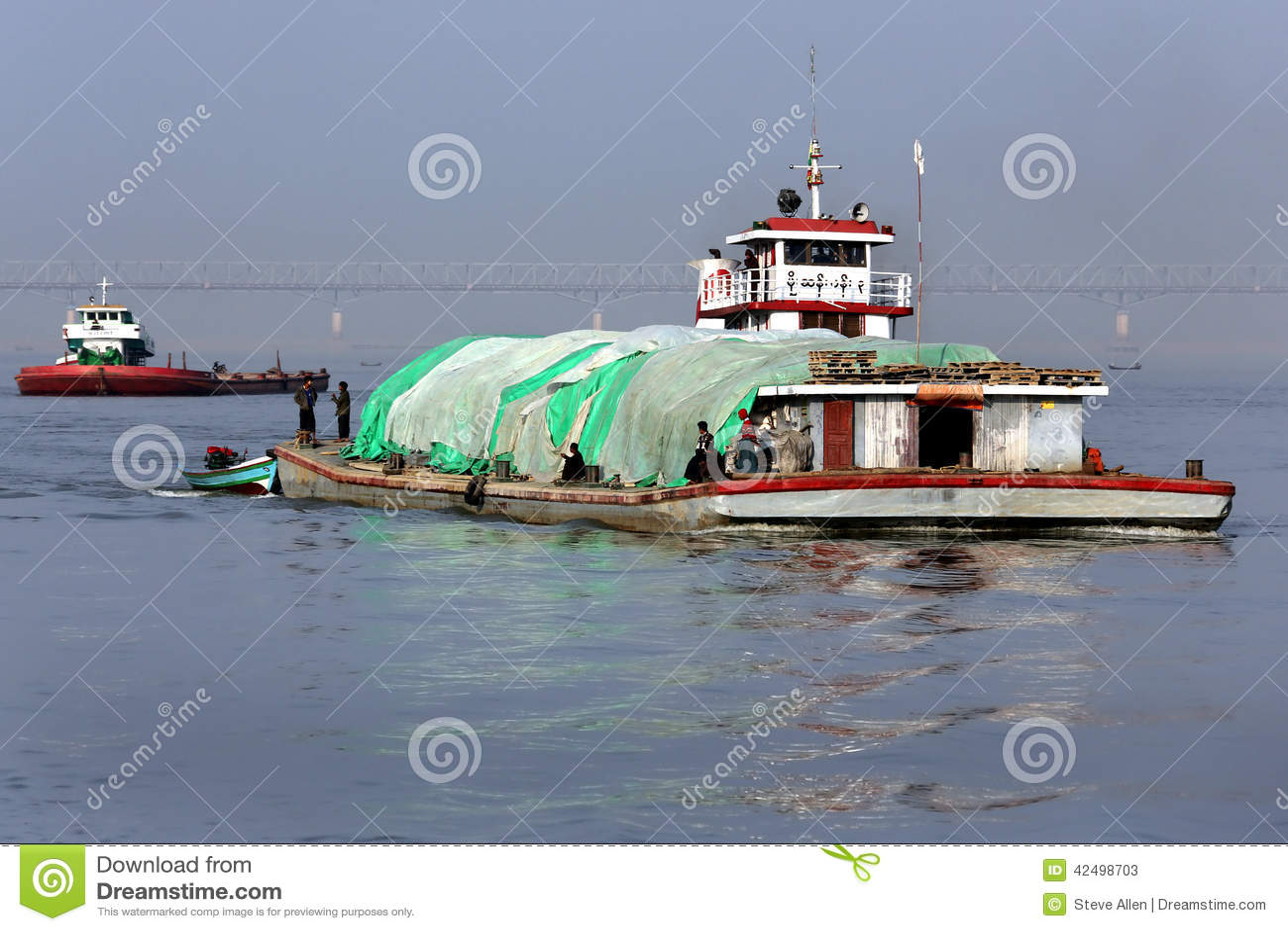 Traffico del fiume - fiume di Irrawaddy - il Myanmar