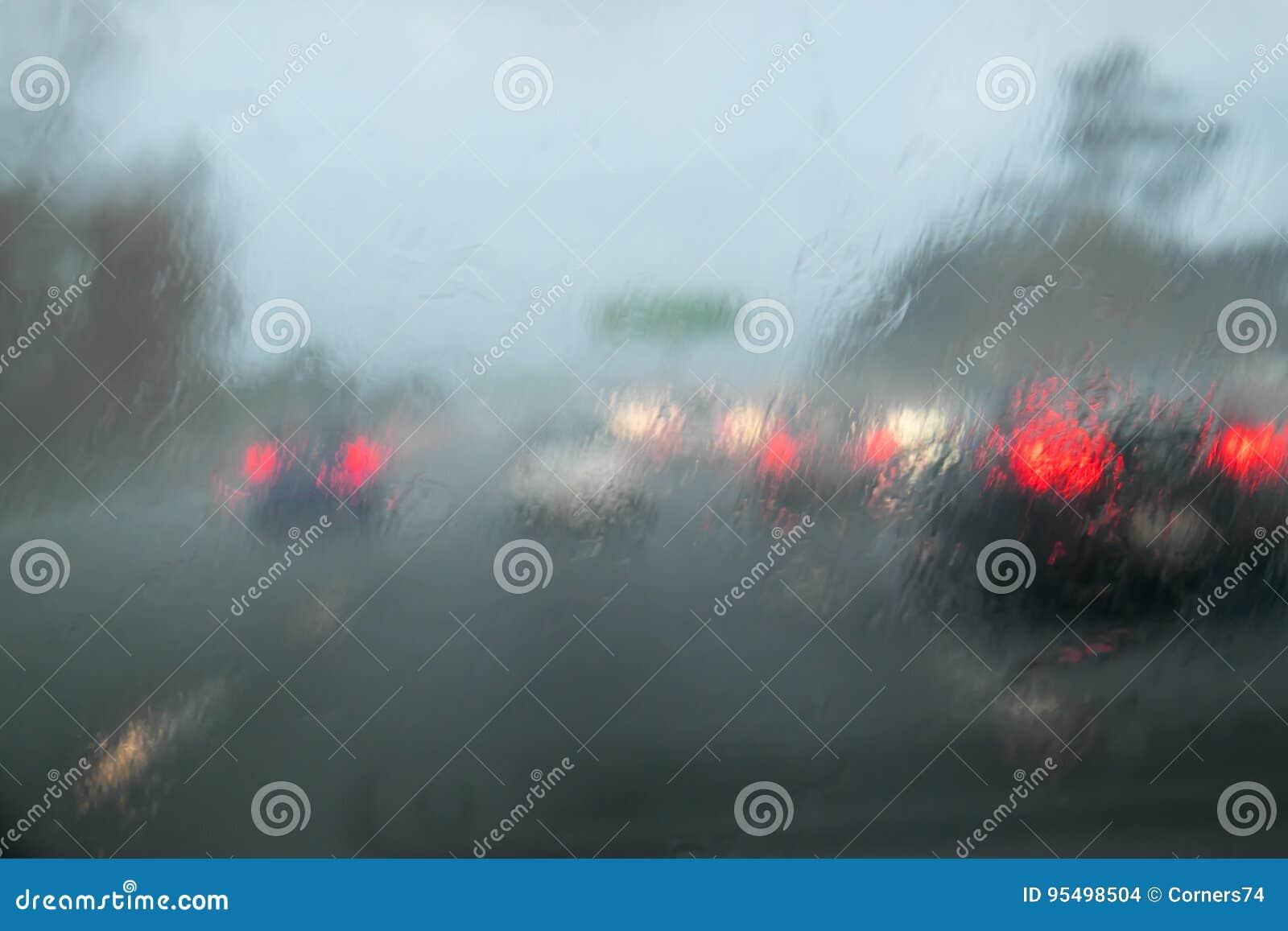 Traffico di automobile che guida con la pioggia persistente sul tergicristallo dell automobile - dichiari ciao