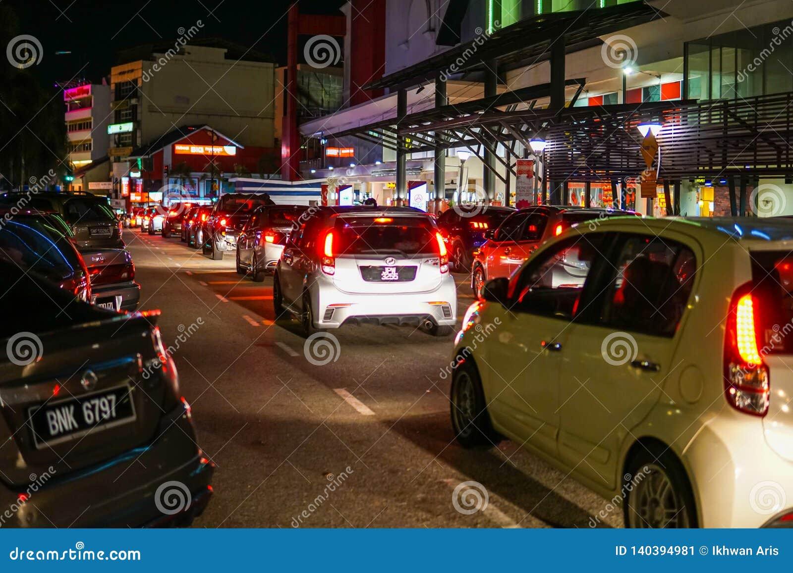 Traffico pesante che si dirige al carati pasar famoso di Johor in Johor Bahru