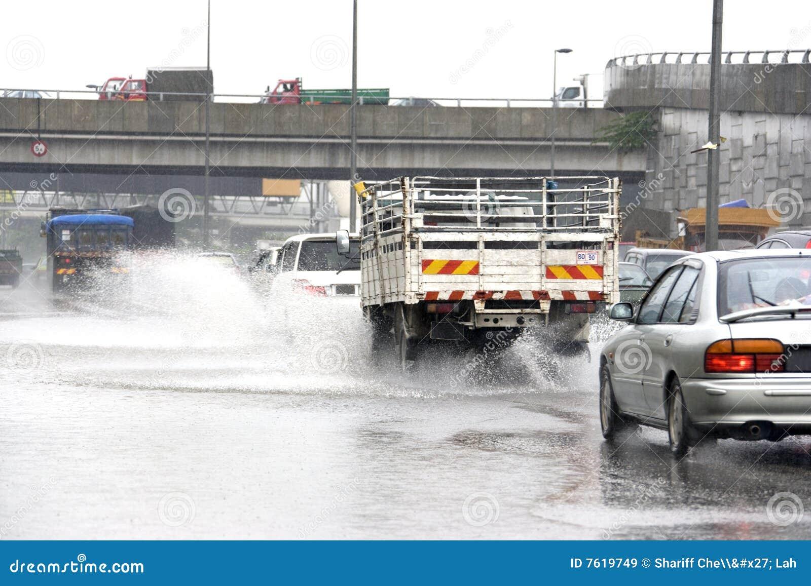 Traffico in pioggia torrenziale
