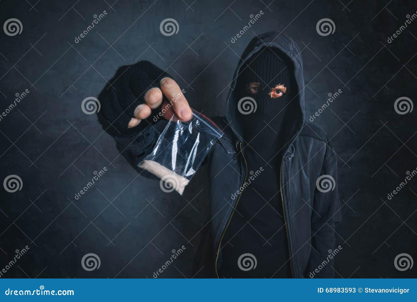 Traficante que ofrece la sustancia narcótica para enviciar en la calle