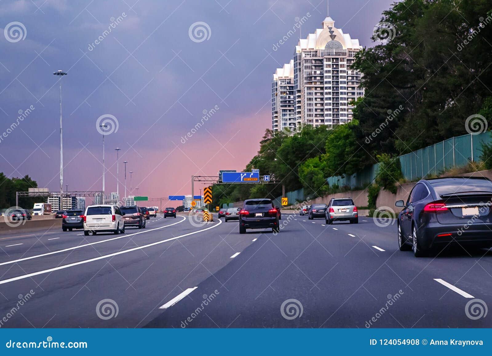 Trafik för nattregnsnow Bilar på huvudvägen