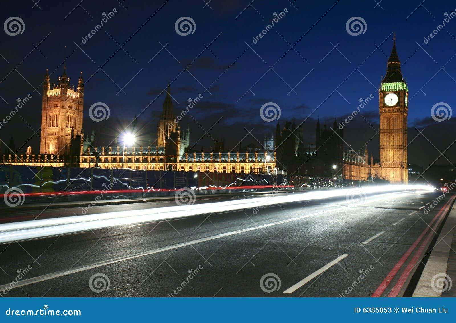 Trafik för stadslandmarklondon natt
