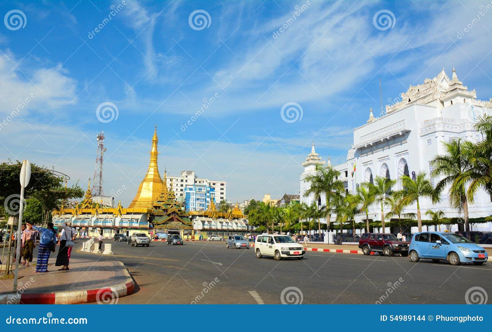 Trafik i i stadens centrum Yangon, Myanmar