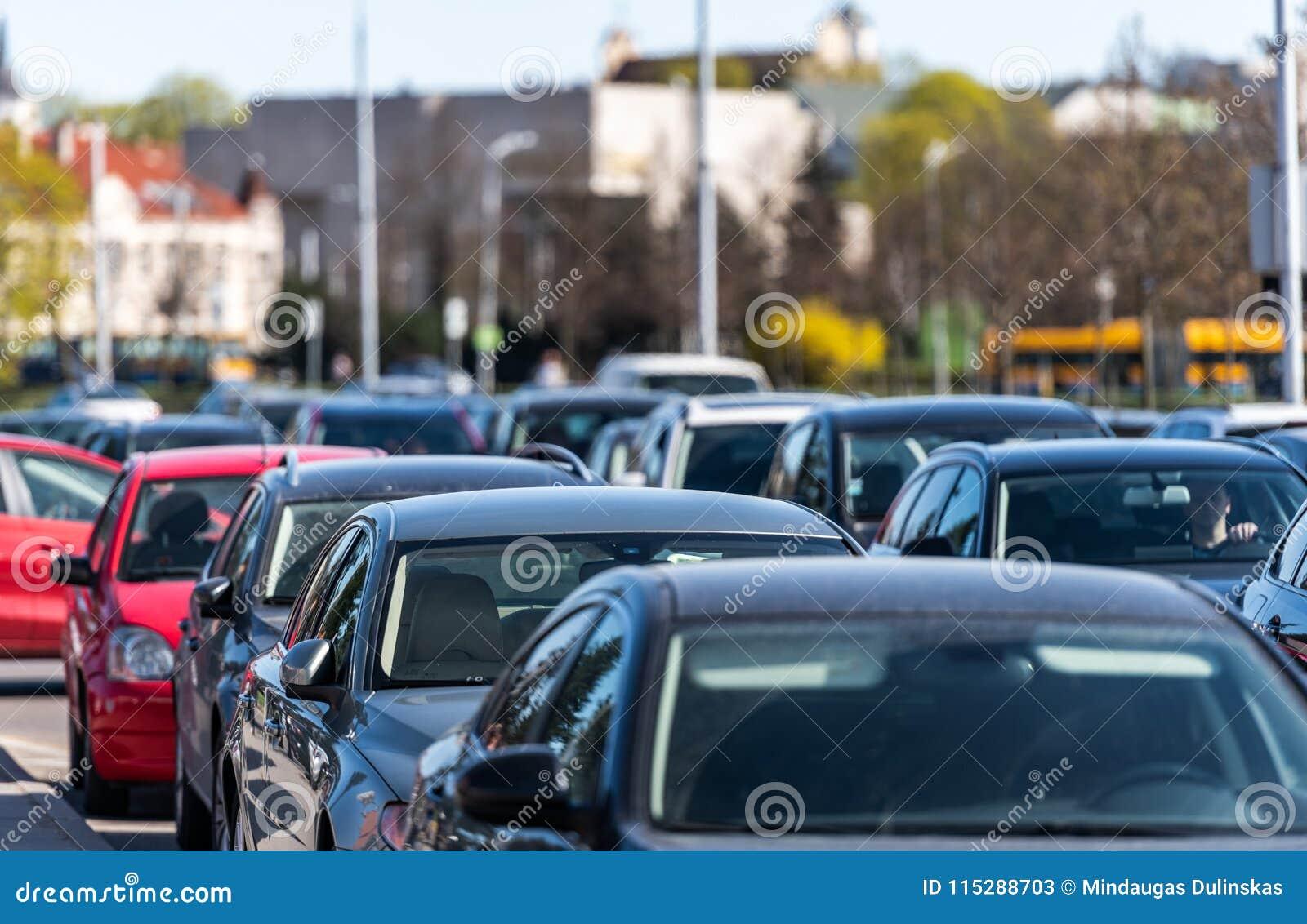 Trafik Litauen Vilnius Vårtid och trafik i gammal stad