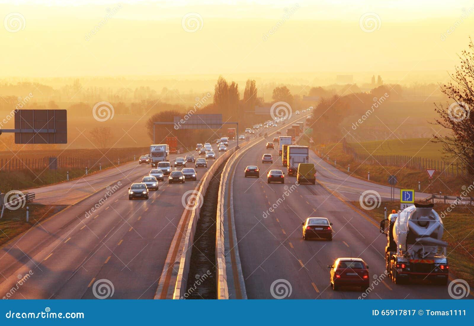 Trafik på huvudvägen med bilar
