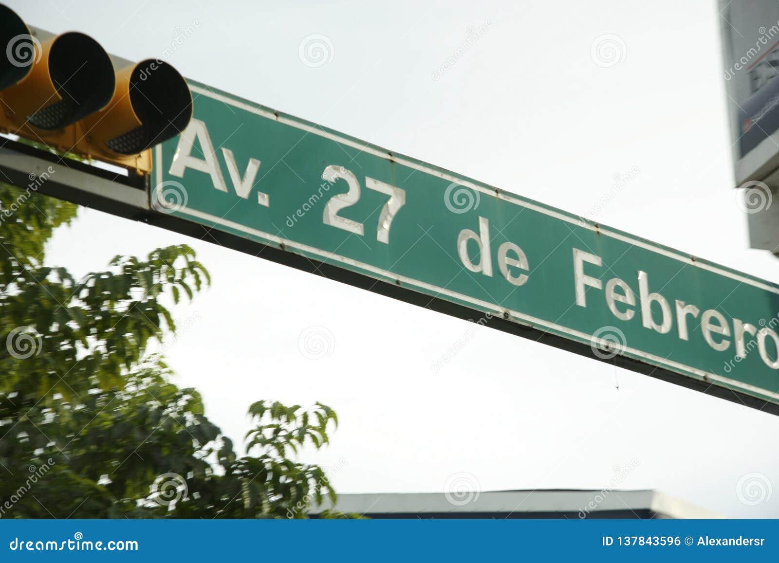 Trafikljus och trafiktecken för den 27 de febrero avenyn, Villahermosa, tabasco, Mexico