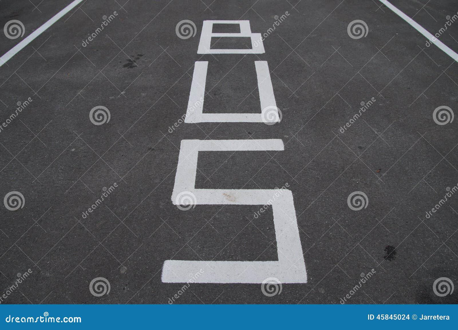 Trafiktecken - bussfilen och parkering - vägmarkering