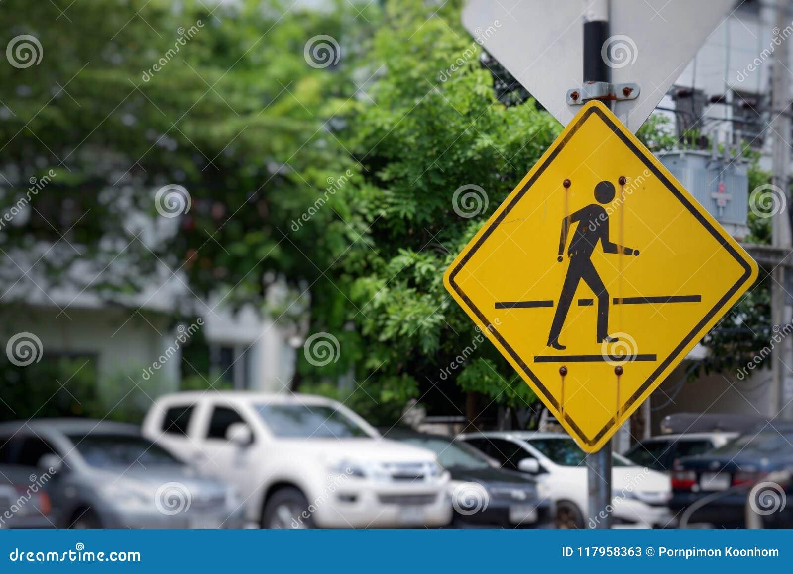 Trafiktecken för att korsa vägen
