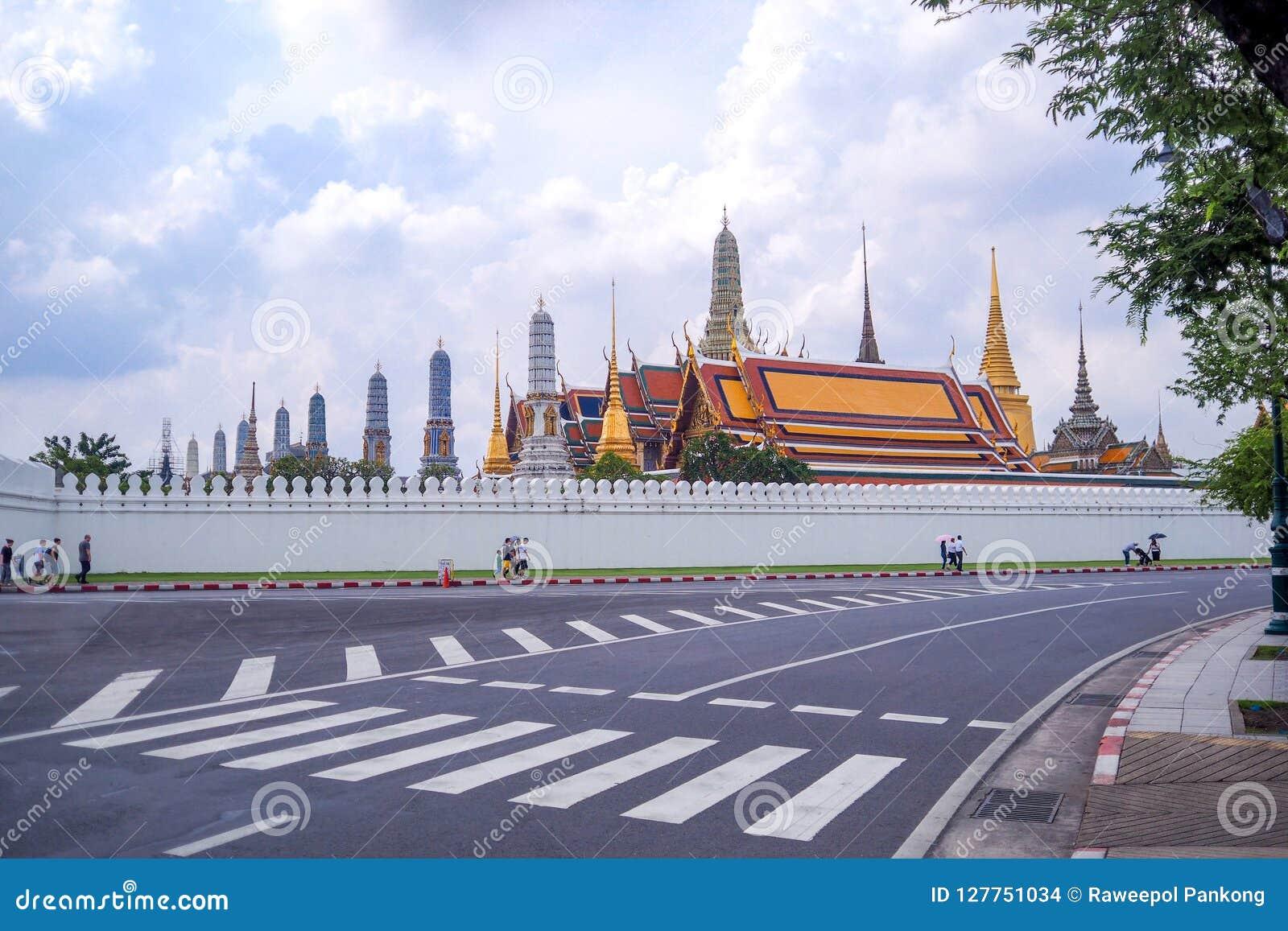 Trafiktecknet på vägen har bakgrund Wat Phra Kaew