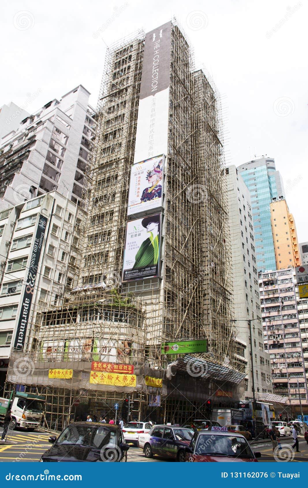 Trafikväg och att renovera byggnad i konstruktionsplats bredvid fa Yuen Street på Mong Kok i Hong Kong, Kina