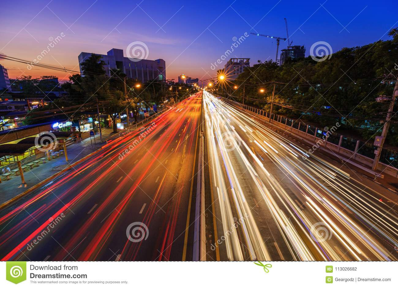 Trafique en el camino de Ngamwongwan en la universidad de Kasetsart en Bangkok,