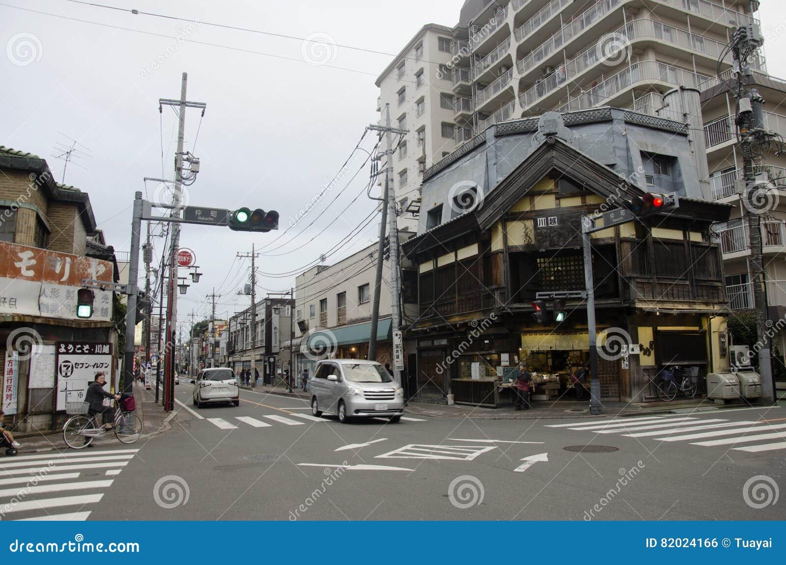 Trafique a estrada com o stree do japonês e do passeio e da visita do estrangeiro