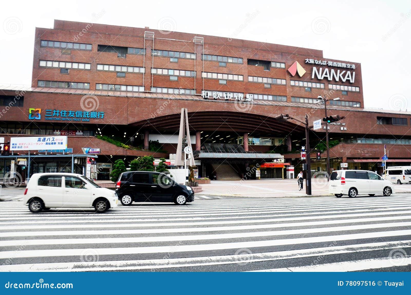 Trafique a estrada na parte dianteira da construção moderna do trilho de Nankai Wakayama