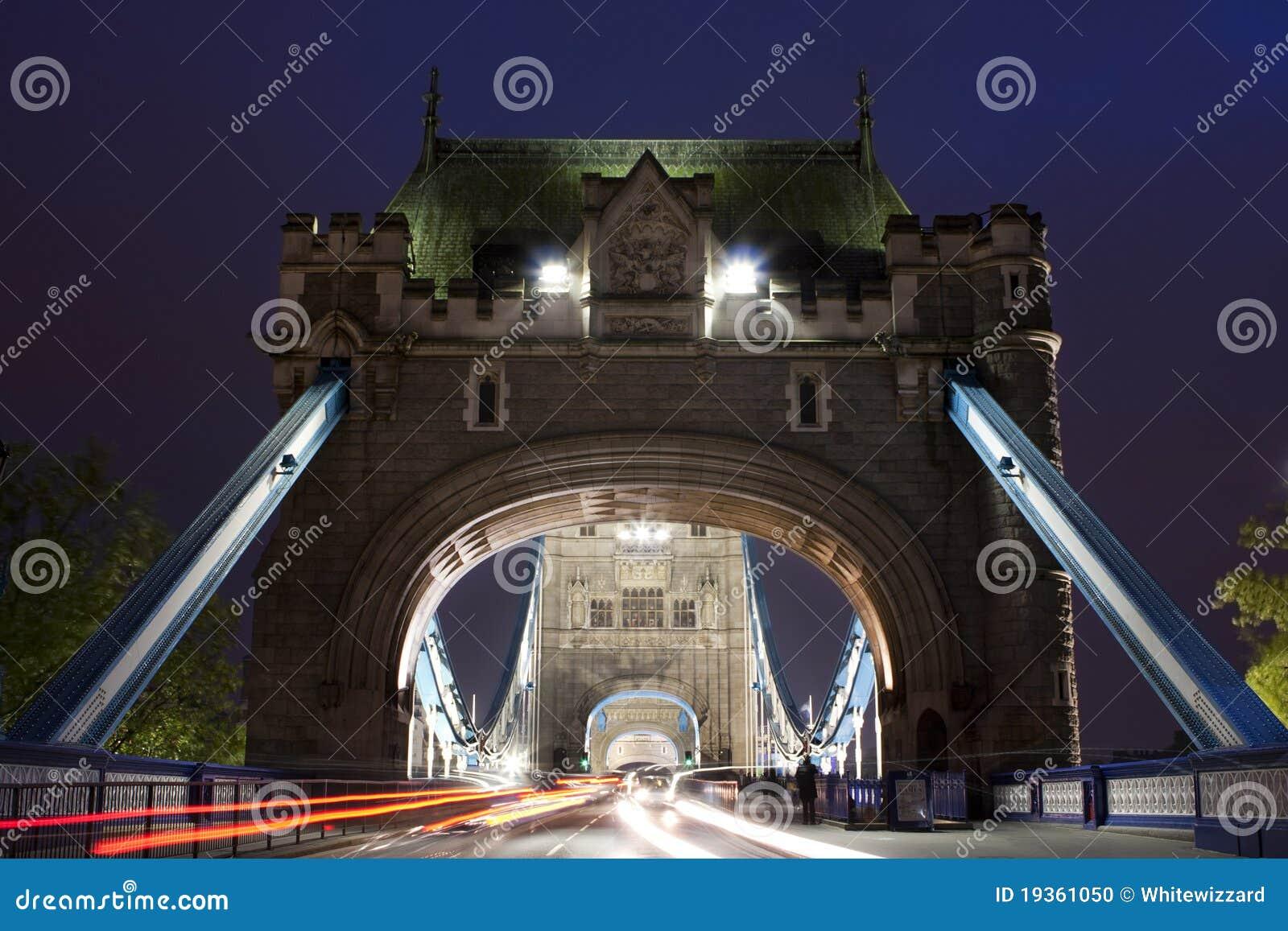 Trafique na ponte da torre na noite em Londres, Reino Unido