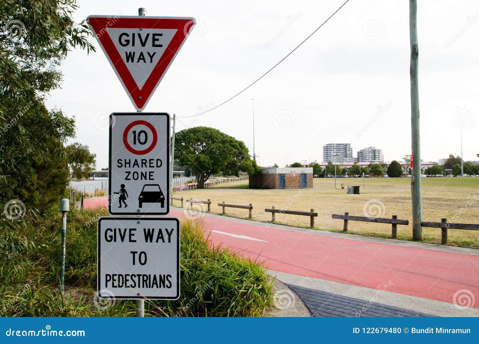 Trafiquez les panneaux d avertissement pour mènent, la limitation de vitesse partagée de zone 10 km/hr et mènent aux piétons, l i