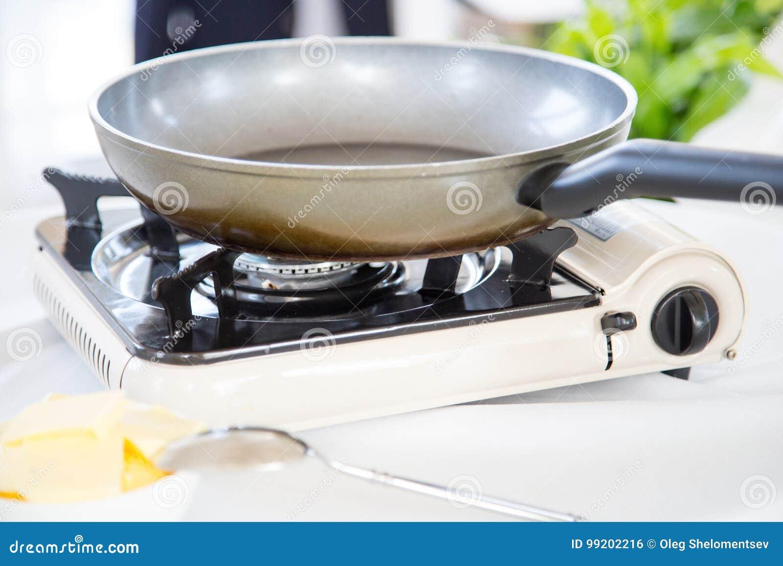 Tragbarer Gasherd Auf Dem Tisch Stockfoto Bild Von Cuisine Loffel