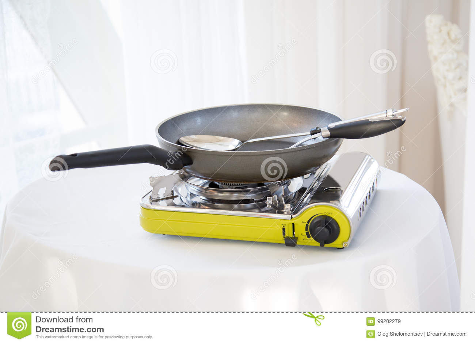 Tragbarer Gasherd Auf Dem Tisch Stockbild Bild Von Gerat Grill