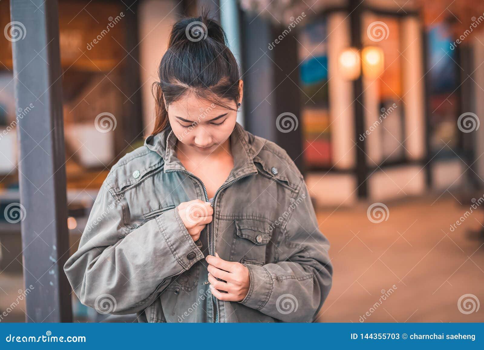 Tragen Frauen Jacke und L?cheln und sie sind Reise