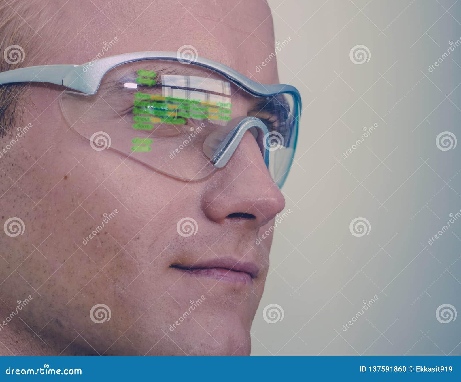 Tragen futuristisches Technologiekonzept Smart-Gläser, Mann intelligente Gläser mit vergrößerter Wirklichkeit zu Leitungsaußendie