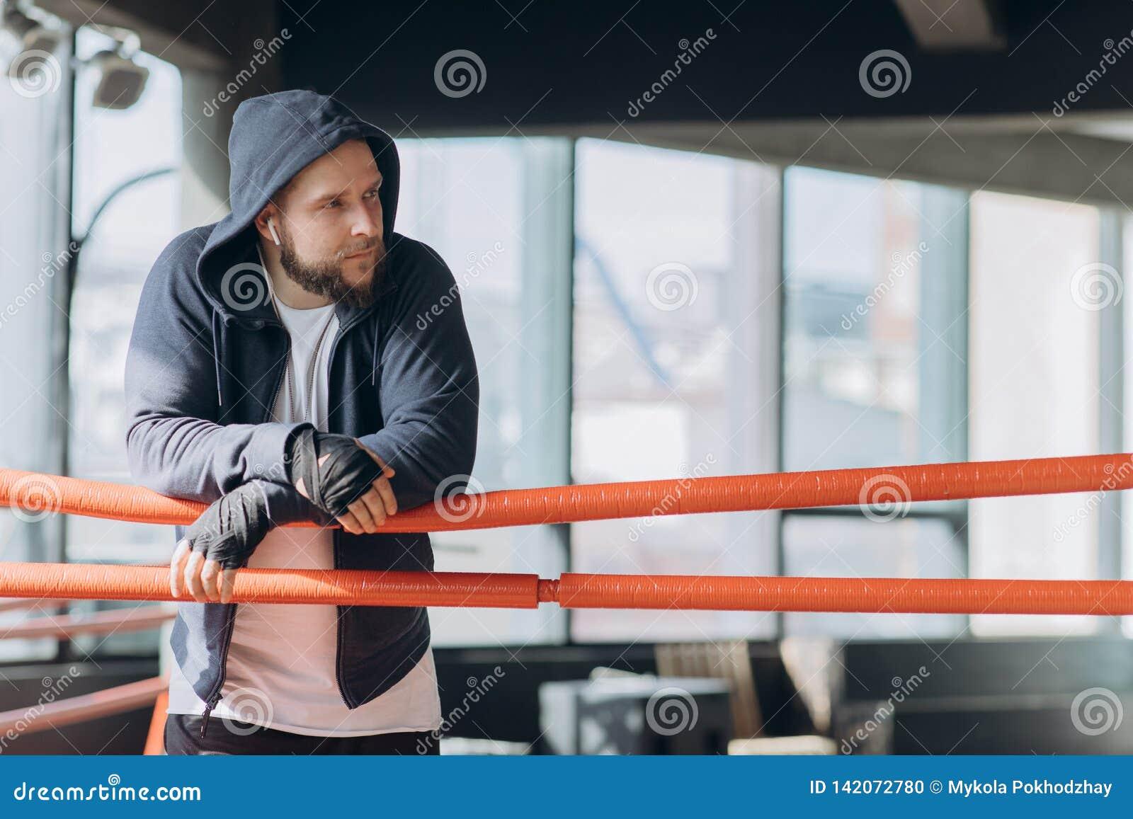 Tragende boxende Verbände des Boxers auf den Händen, die auf Kamera schauen