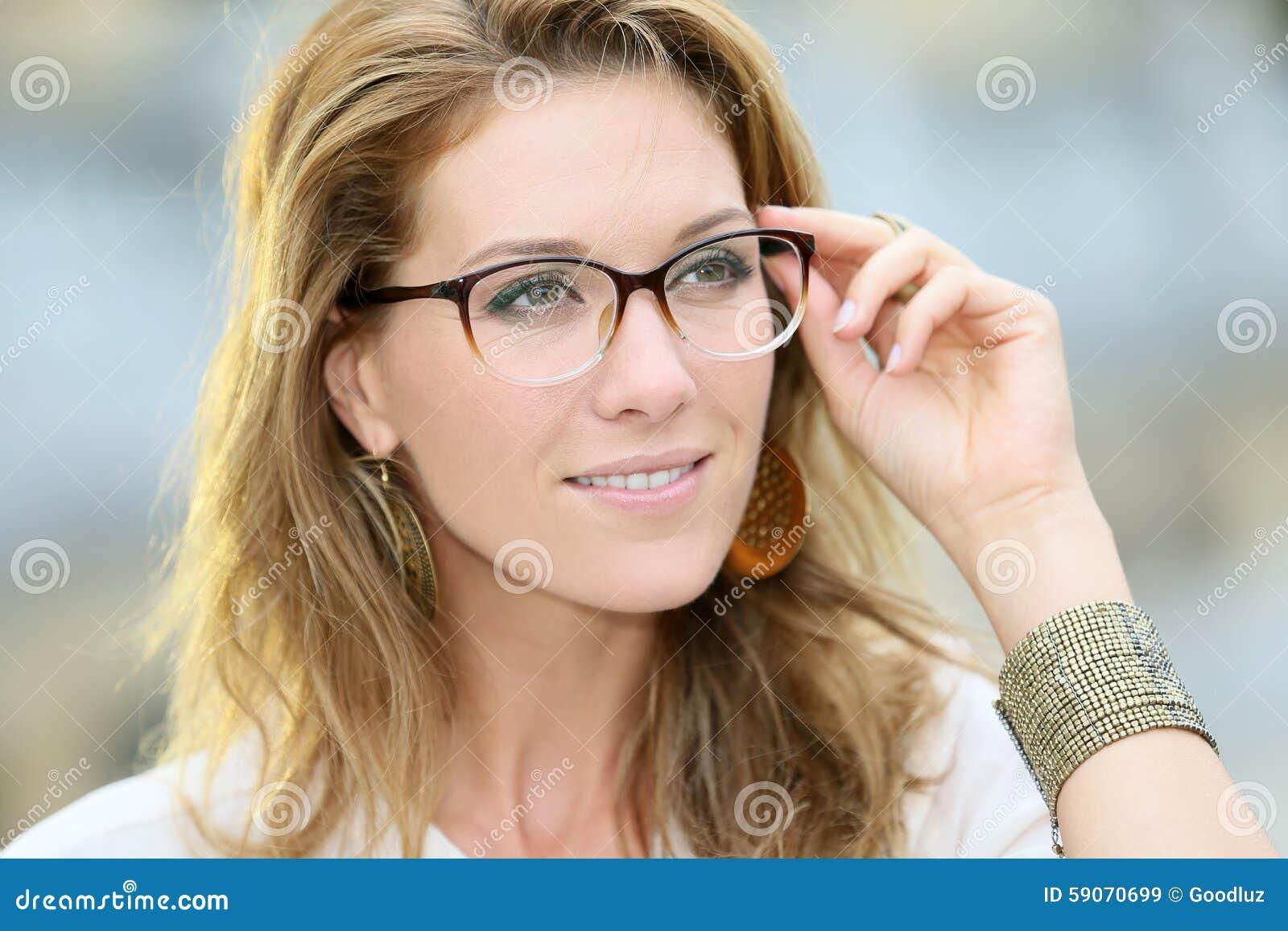 Tragende Brillen Der Schönen Reifen Frau Stockbild - Bild