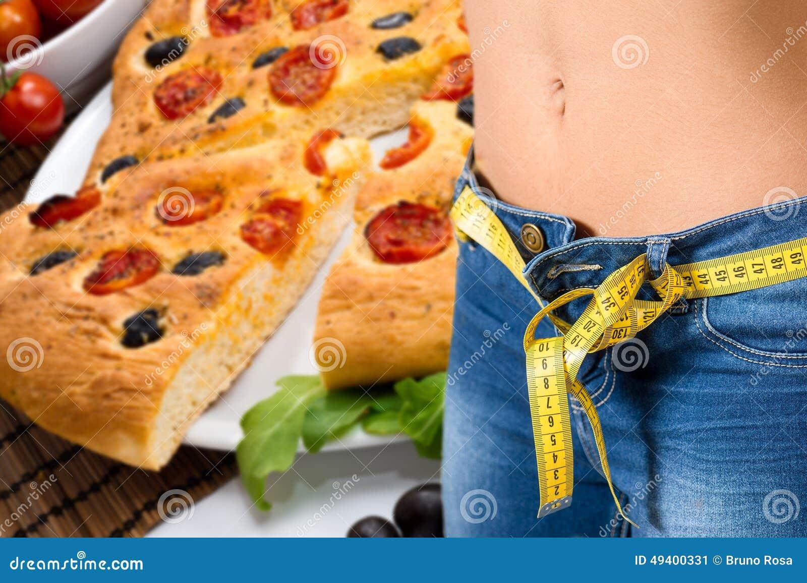 Download Tragende Jeans Des Jungen Mädchens Nach Diät- Und Lebensmittelhintergrund Stockbild - Bild von abbildung, vollkommen: 49400331