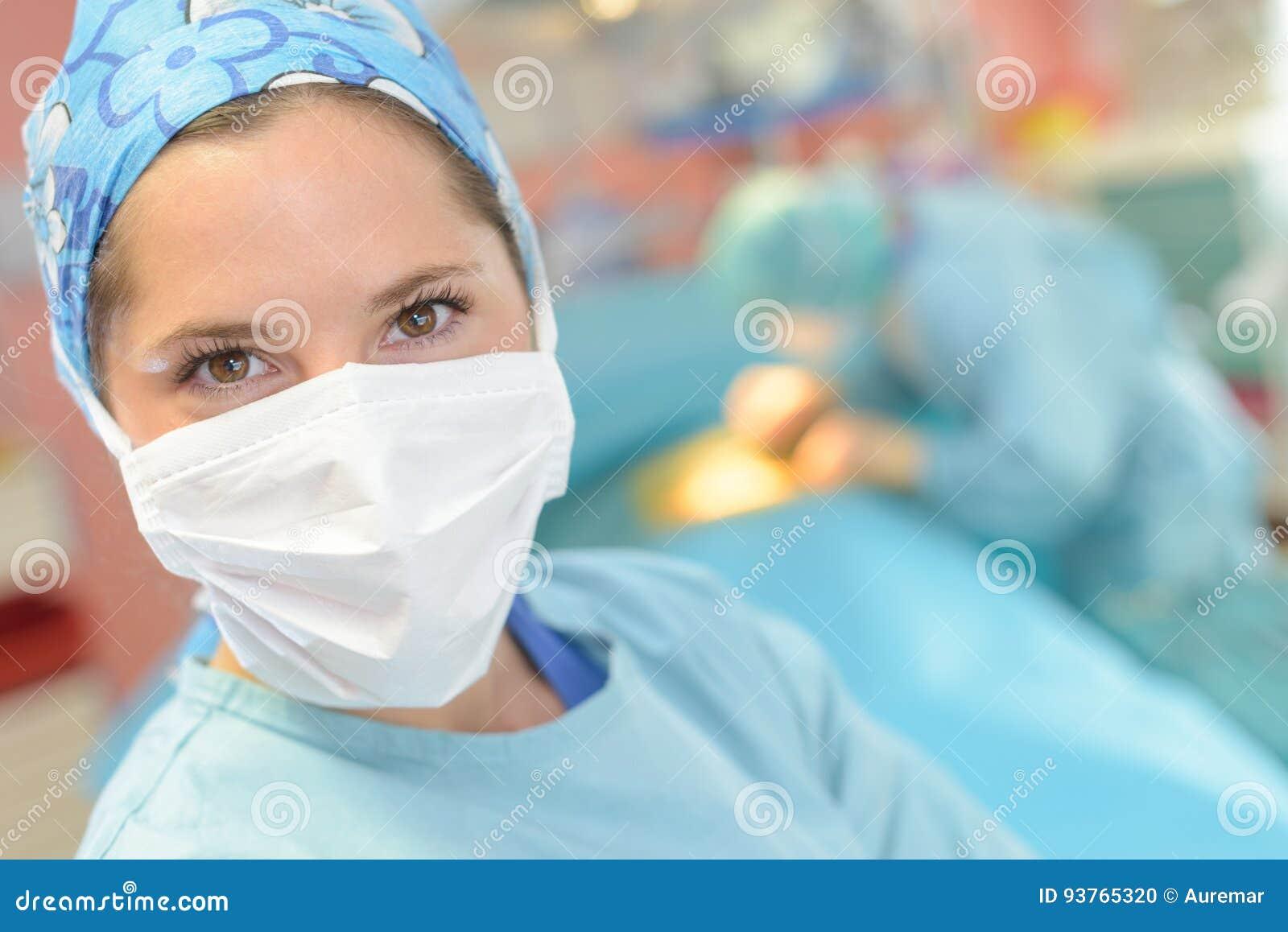 Tragende Maske des weiblichen Chirurgen des Porträts