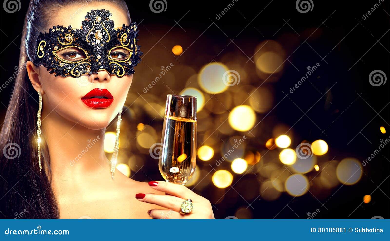 Tragende venetianische Maskerademaske der sexy vorbildlichen Frau