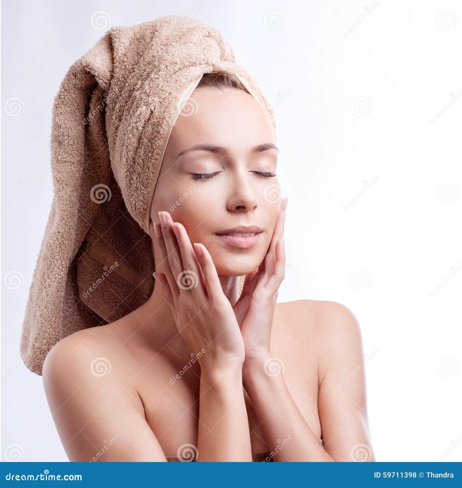 Tragendes Haartuch der Badekurorthautsorgfalt-Schönheitsfrau nach Schönheitsbehandlung Schöne gemischtrassige junge Frau mit perf