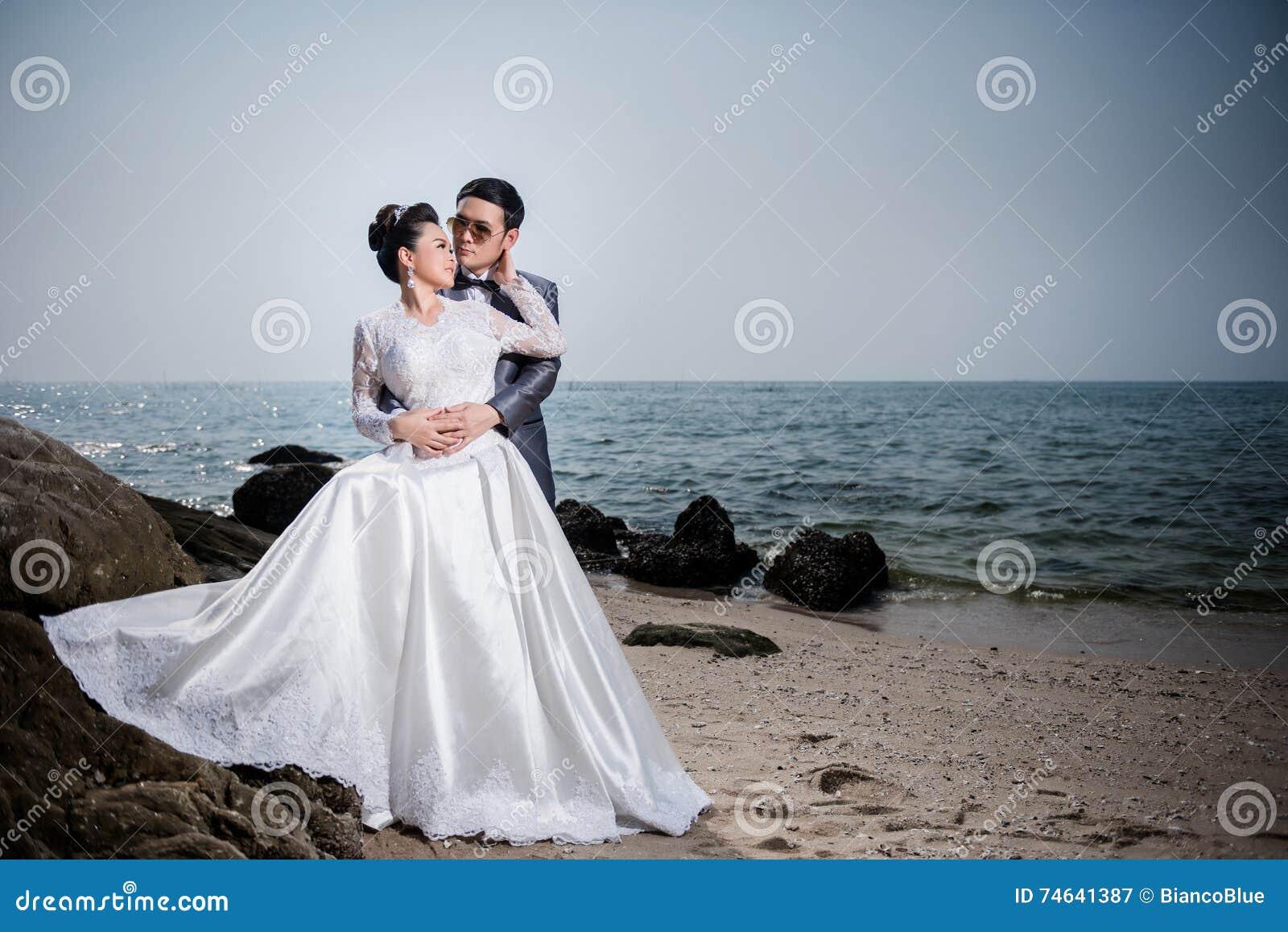 Tragendes Hochzeitskleid Und -Anzug Der Asiatischen Paare Stockbild ...