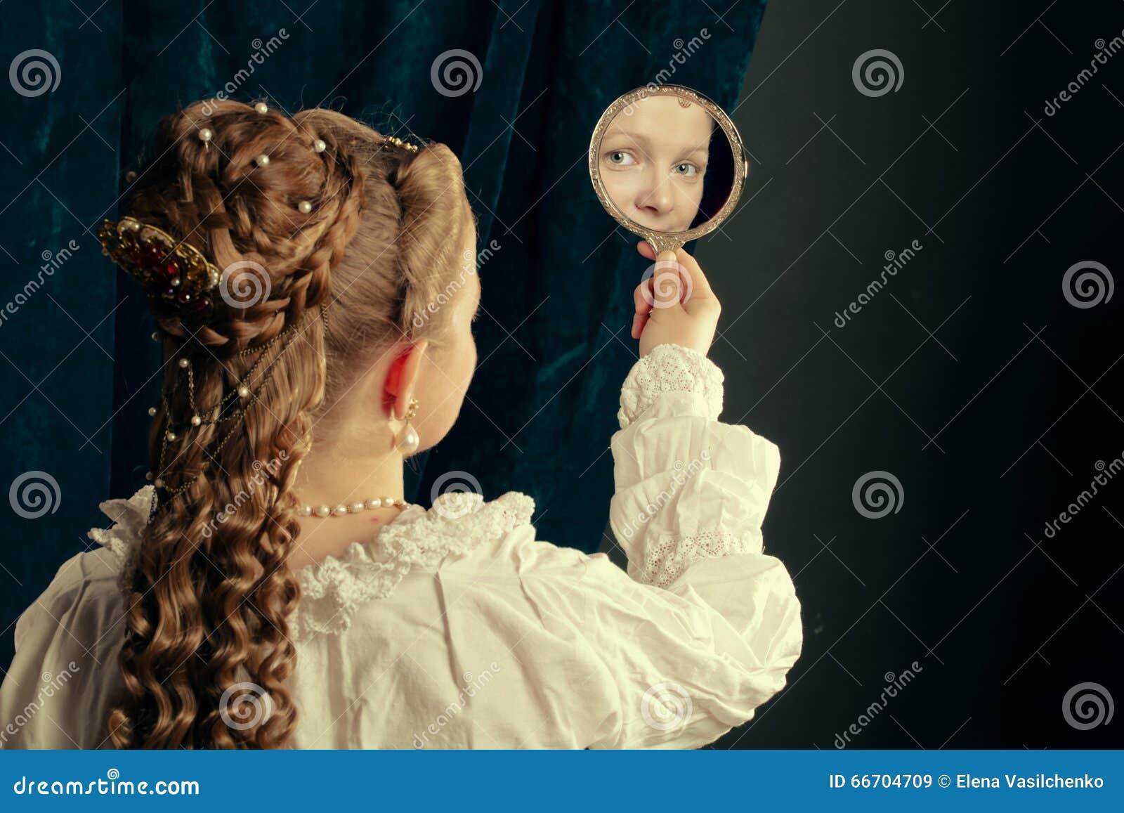 Tragendes Nachthemd des schönen langen Mädchens des Haares blonden