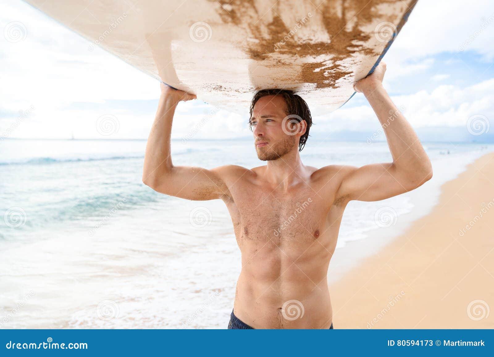 Tragendes Surfbrett des hübschen sexy Surfermannes