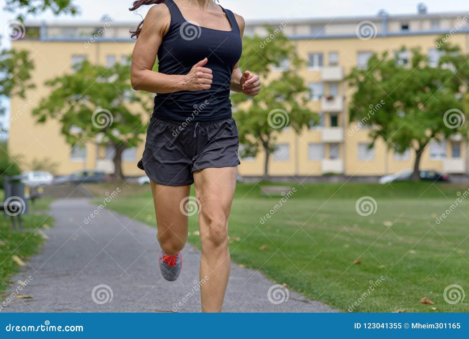 Tragendes Trägershirt und kurze Hosen der nicht identifizierten Frau