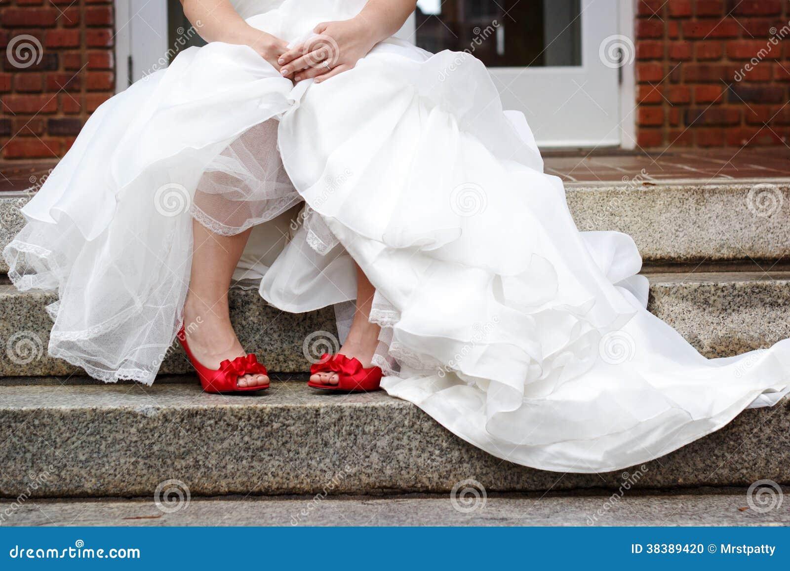 Hochzeitskleid rote schuhe