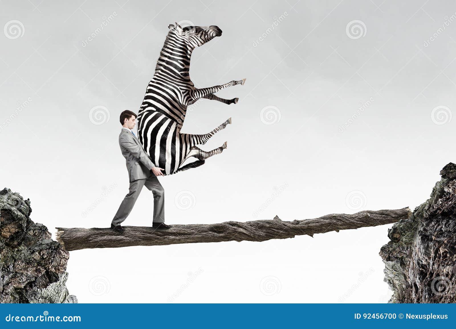 Tragendes Zebra des Geschäftsmannes Gemischte Medien