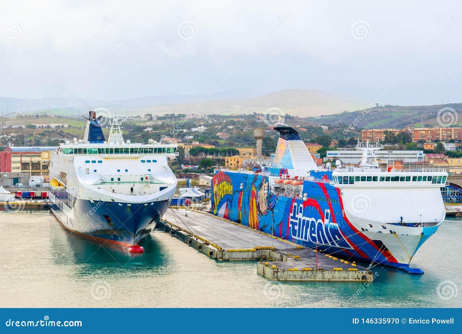 Traghetti delle linee e di Tirrenia Athara di Grimaldi al porto di Civitavecchia, Roma