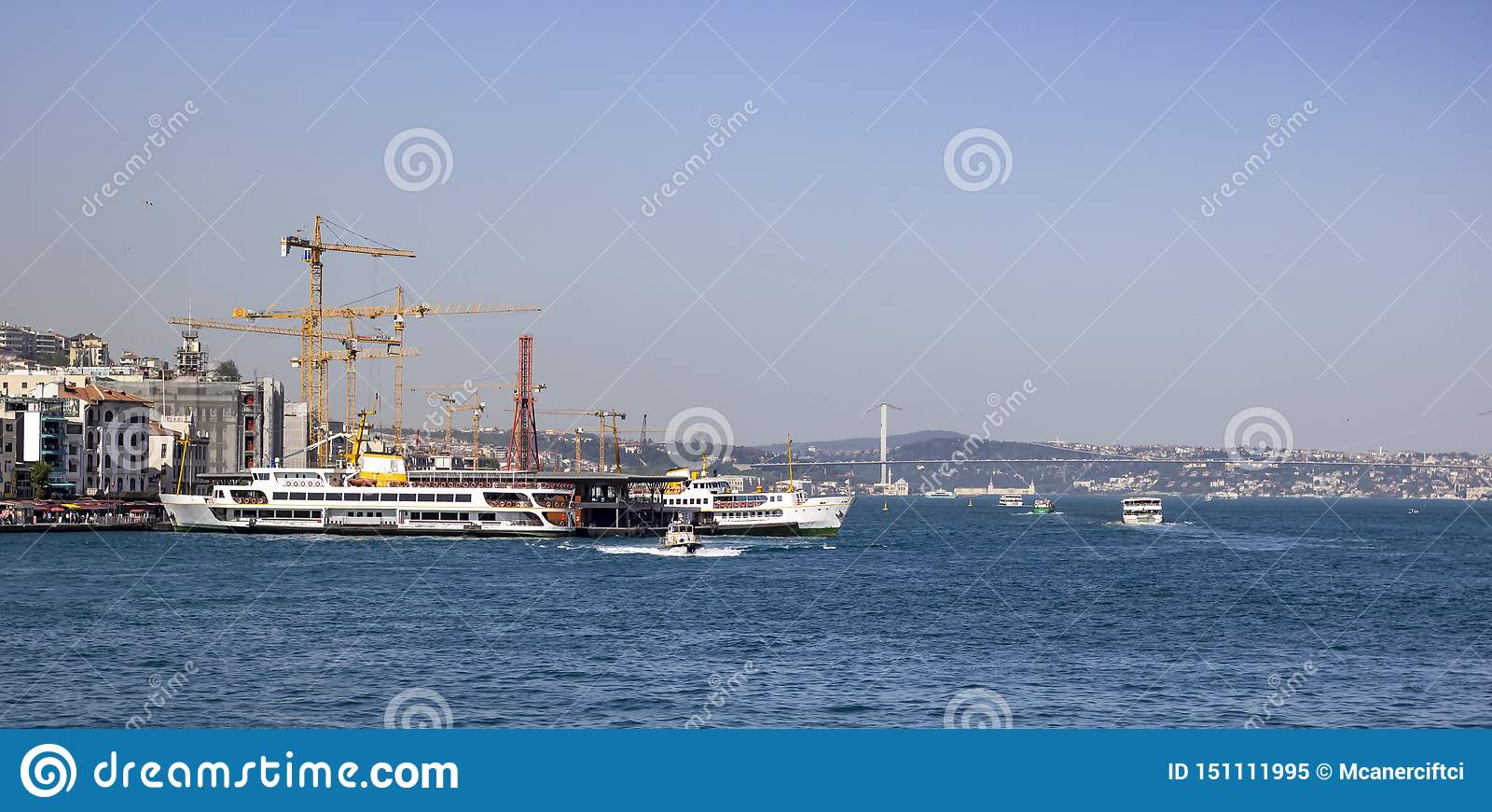 Traghetto messo in bacino al pilastro di Karaköy Lato posteriore dei lavori di costruzione