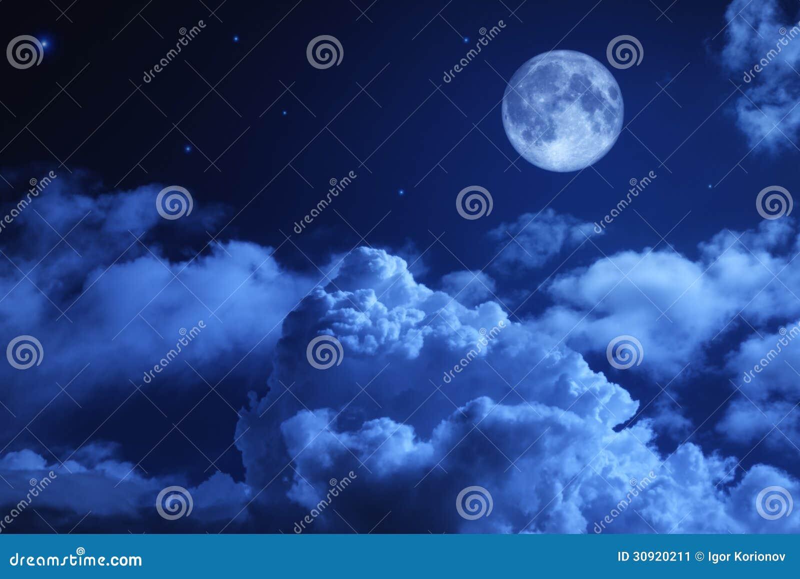 Tragischer nächtlicher Himmel mit einem Vollmond