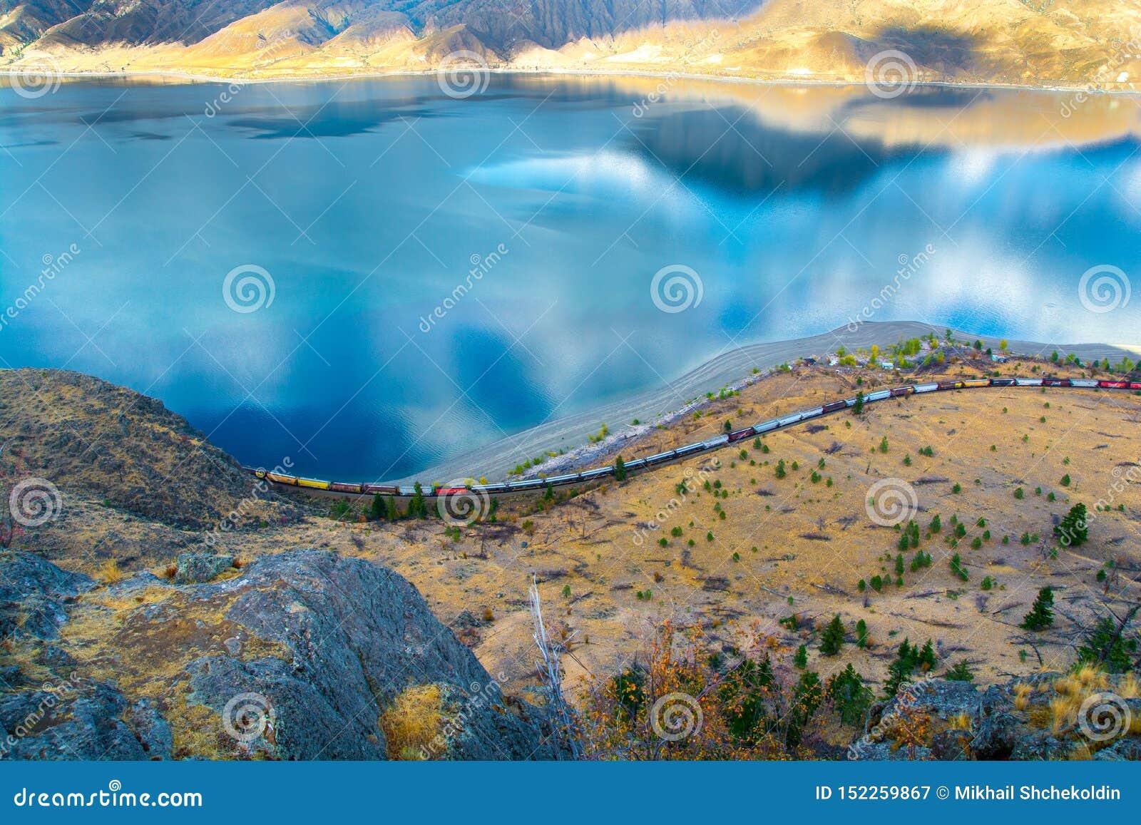 Train allant le long du rivage le lac Kamloops