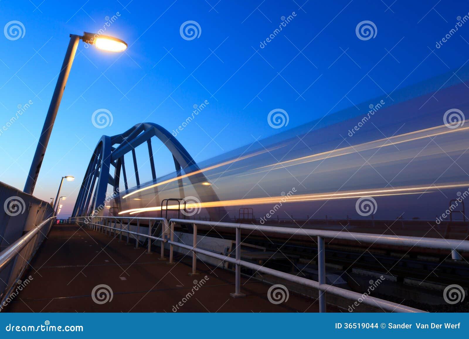 Train au crépuscule