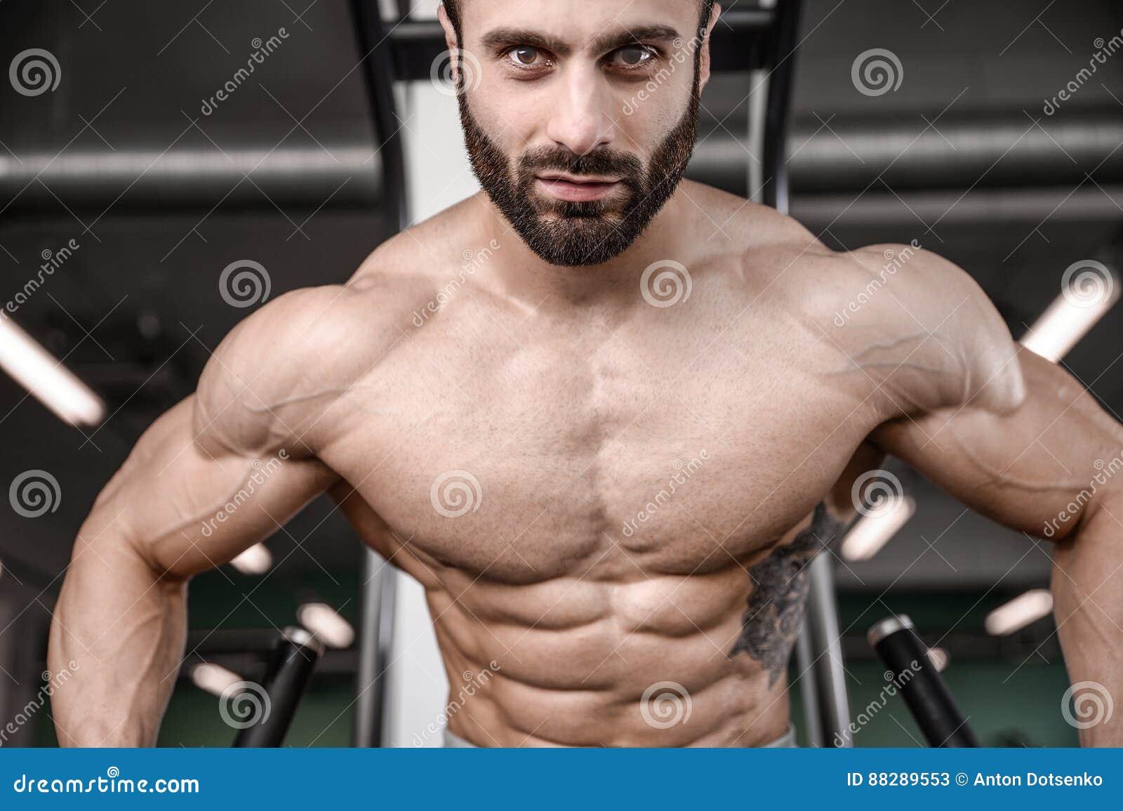 Train beau de modèle de forme physique dans le muscle de gain de gymnase